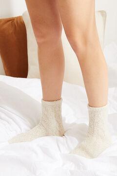 Womensecret Пушистые носки средней длины в рубчик бежевый